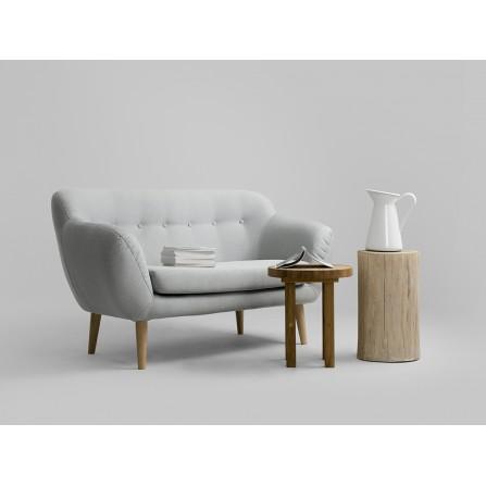 Sofa Marget dwuosobowa skandynawski aranżacja z stolikiem
